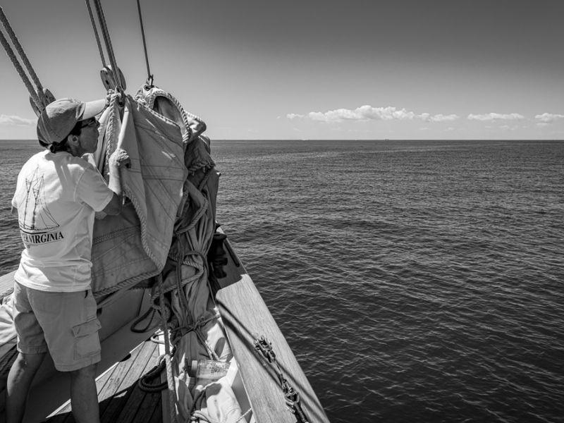 cruise-crew-preps-sails-bklack-and-white-3892.jpg