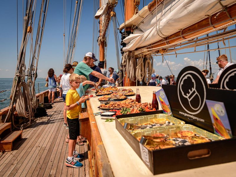cruise-guests-dig-in-3777.jpg